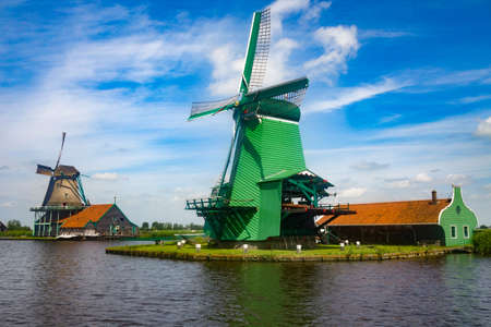 traditional Dutch Windmills and cottages in Zaanse Schans, Netherland Banque d'images - 125271430