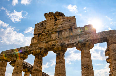 Ray of sun through the columns of the Temple of Athena 500 BC. Archaeological site of Paestum, Italy Banque d'images