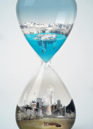 contaminacion ambiental: Contaminación, ahorre la tierra, el concepto de eco en el reloj de arena