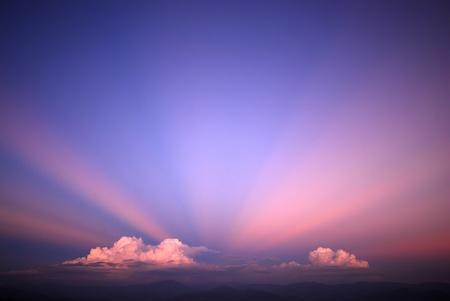 Sky landschap op de achtergrond balken straal wolk licht