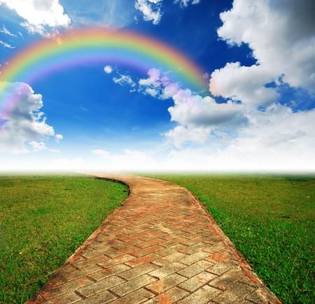 목적지와 미래 무지개 녹색 길에 혼자 길 녹색 잔디 흐린 푸른 하늘 스톡 콘텐츠