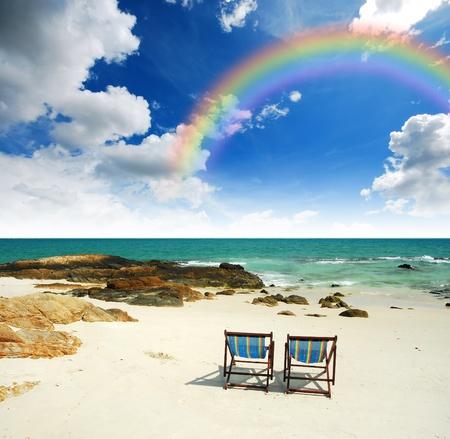Sea Sand Sun strand samen blauwe hemel stoel alleen als achtergrond steen duidelijke regenboog Stockfoto