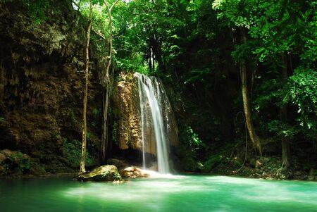 Cascada y arroyo azul en el bosque de Tailandia