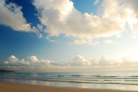 Blauwe hemel op het strand in Thailand