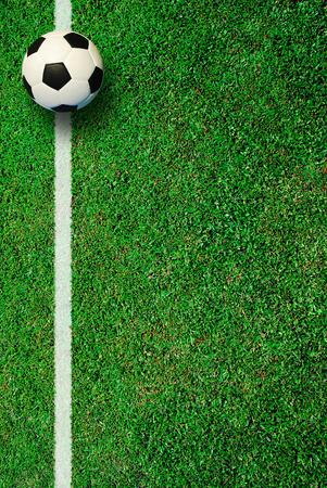 Voetbal voetbalveld stadion gras lijn bal achtergrond textuur lichte schaduw op het gras Stockfoto