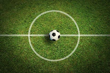terrain foot: Football stade de football de champ ligne de l'herbe ball background texture légère ombre sur l'herbe Banque d'images