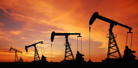 torres petroleras: M�quina industrial de la bomba de aceite de la energ�a de la plataforma petrolera de petr�leo en el atardecer de fondo para el dise�o