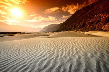 Zonsondergang bij woestijn met berglandschap natuur achtergrond Stockfoto
