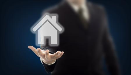 Zakenman hand met huis digitale afbeelding
