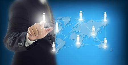 Zakenmanhand die virtueel pictogram van netwerk en mededeling van mensen houden