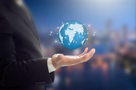 Zakenman die grafische Aarde op de hand, communicatie en netwerk internet concept Stockfoto