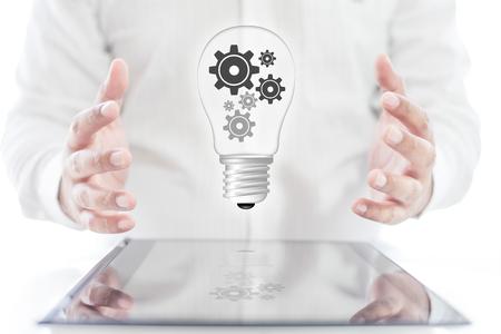 Zakenman met grafische digitale lamp van toestel op tablet en handen, bedrijfsconcept