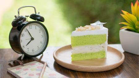 groene thee groene cake op houten tafel voor ontspanningstijd