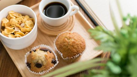 Chocoladeschilfmuffin en kopje koffie op houten tafel voor ontspanningstijd