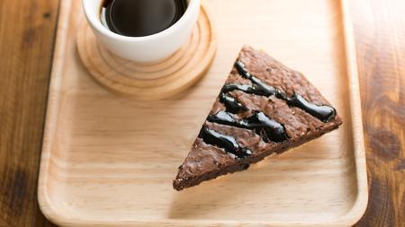 Chocolade brownie cake met koffie op houten tafel voor ontspanningstijd op koffie cafe