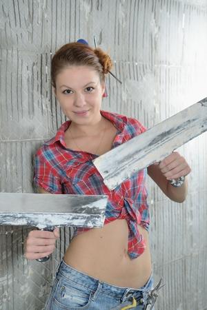 stay beautiful: Muchacha hermosa joven con paletas permanecer cerca de la pared reparada Foto de archivo