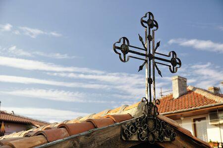 Dach mit alten schmiedeeisernen Kreuz Standard-Bild - 37069825