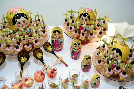 muñecas rusas: Merienda diferente y canapé en una tabla con las muñecas rusas Foto de archivo