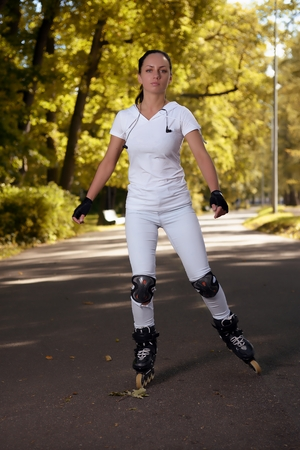 patines: Beautiful girl on roller skates in park