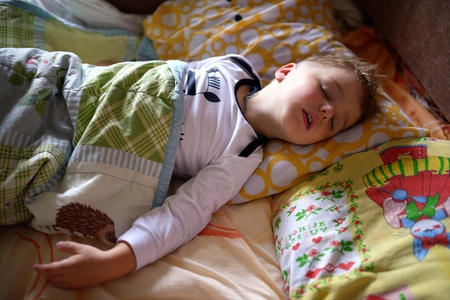Cute slapende jongetje Stockfoto