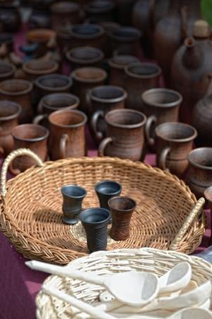 ollas de barro: ollas de barro hechas a mano en la feria