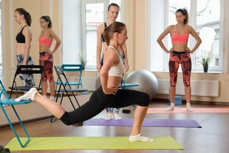 educadores: Instructor ayuda a entender cómo hacer ejercicio