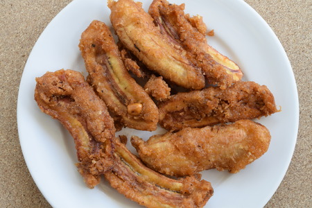 platanos fritos: plátanos fritos azucarados en la placa blanca