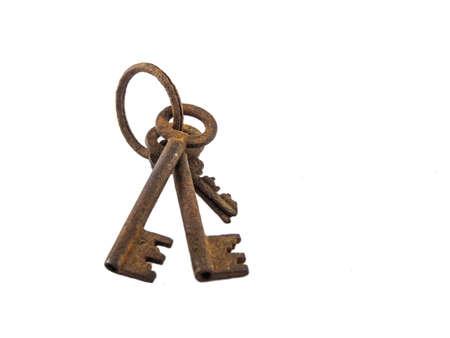 llaves: La vieja llave oxidada del fondo blanco.