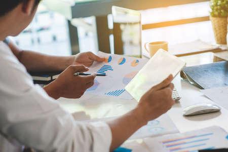 Lluvia de ideas del equipo corporativo empresarial con gráfico, verificación y análisis
