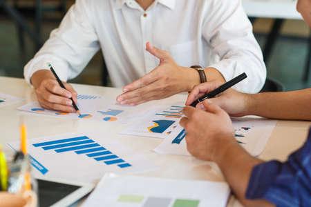 Brainstorming von Business Corporate-Teams mit Diagrammen und Überprüfungen und Analysen