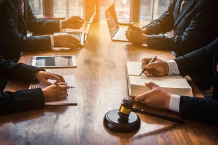 Rechtsanwälte bieten derzeit Kunden Rechtsberatung.Rechtliche Planung