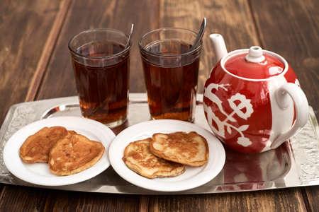 material de vidrio: crepes de té de tetera glassful en estilo ruso Foto de archivo