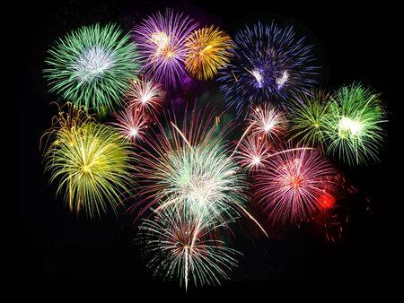 Urlaub Feier Feuerwerk Anzeige gegen den schwarzen Himmel