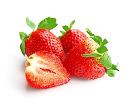 Drie en een half aardbeien over witte