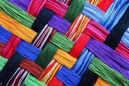 Tendances colorées construites en treillis de fils à broder