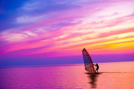 Windsurf en la puesta de sol con hermoso color cielo  Foto de archivo