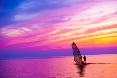 windsurfing: Windsurf en la puesta de sol con hermoso color cielo