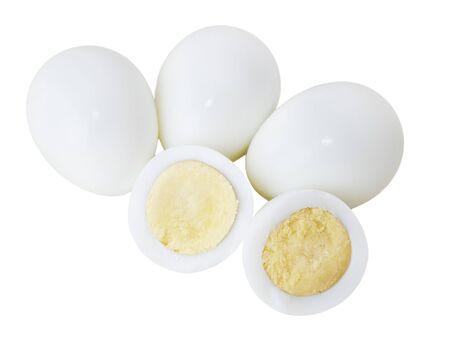 wachteleier: Gesch�lte Quail Eier auf wei�en Hintergrund isoliert
