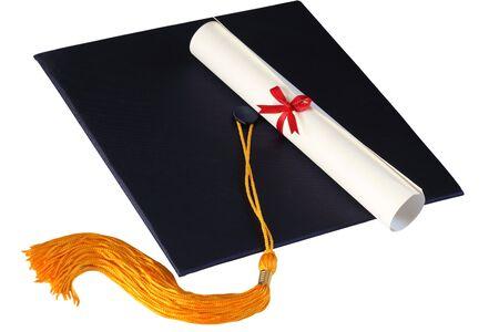 gorros de graduacion: Tapa de graduaci�n y diploma de aislados sobre fondo blanco Foto de archivo