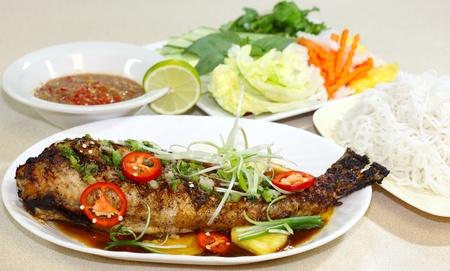 catfish: Pez gato al horno con salsa de ostras y hierbas, cocina vietnamita Foto de archivo