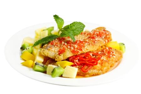 Fried Catfish with tropical fruit, Asian pear, mango, kiwi Zdjęcie Seryjne