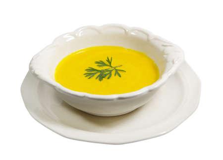 Tofu gember wortel soep op een witte achtergrond