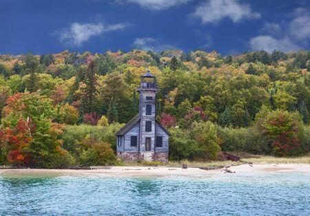 lake michigan lighthouse: Gran faro de la isla de canal hacia el este por el camino a rocas representadas