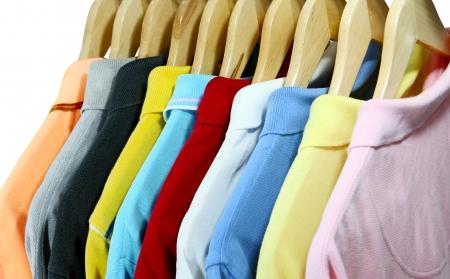 playera negra: Camisas de polo de colores para los hombres en percha aislado más de blanco Foto de archivo