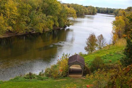 cielos abiertos: Jenison Puente cubierto en North Grand River Ravines en otoño