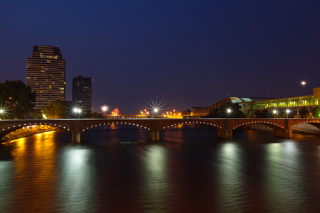 Downtown Grand Rapids Michigan at night in the summer 版權商用圖片