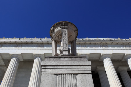 The Frieze with the names of states and the dates separated by double wreath medallions, and the cornice with lions' heads and ornamented palmetto, in bas-relief on top of the Lincoln Memorial in Washington DC, USA Imagens