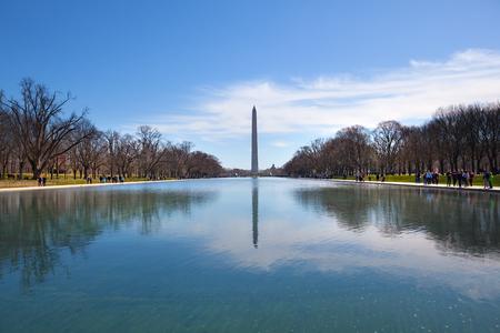 Washington DC, USA - Mar 31, 2018: Washington Monument reflecting on Constitution Garden Pond 新聞圖片