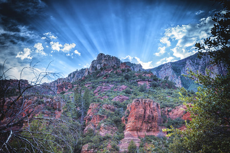 Sunrays behind the mountains in Arizona Imagens