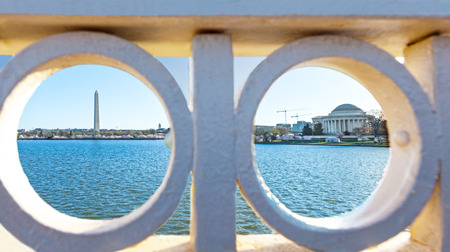 Tidal Basin with the Washington Monument and Jefferson Memorial as viewed through the Hole of the Inlet  Bridge on Ohio Drive, Washington DC 版權商用圖片
